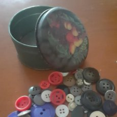 Cajas y cajitas metálicas: CAJITA METALICA CON MAS DE CINCUENTA BOTONES ANTIGUOS. Lote 201311517