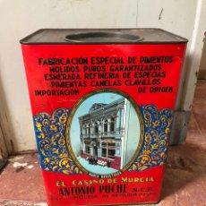 Cajas y cajitas metálicas: GRAN LATA LITOGRAFIADA PIEMIENTO MOLIDO ANTONIO PUCHE. Lote 205535963