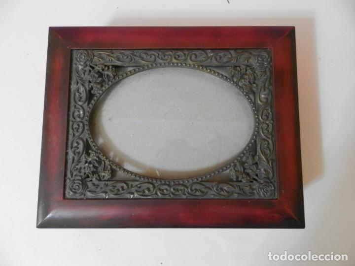 CAJA INTERIOR FORRADA DE TERCIOPELO. CRISTAL PARA FOTOGRAFIA. MARCO BRONCE (Coleccionismo - Cajas y Cajitas Metálicas)