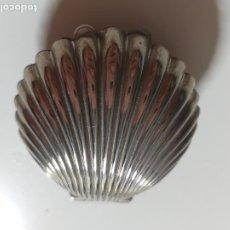 Cajas y cajitas metálicas: PEQUEÑA CAJA PASTILLERO DE METAL. FORMA DE CONCHA O VIEIRA. Lote 209689333