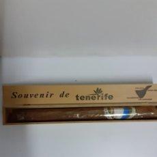 Cajas y cajitas metálicas: CAJA CON CIGARRO PURO DE TENERIFE, VER FOTOS,MIDE 34 X 4X 4 CM. Lote 210523356