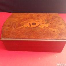 Cajas y cajitas metálicas: BONITA CAJA DE MADERA DEBUJADO EN PERFECTO ESTADO.MIDE 23CM X15CMX15CM. Lote 210638911