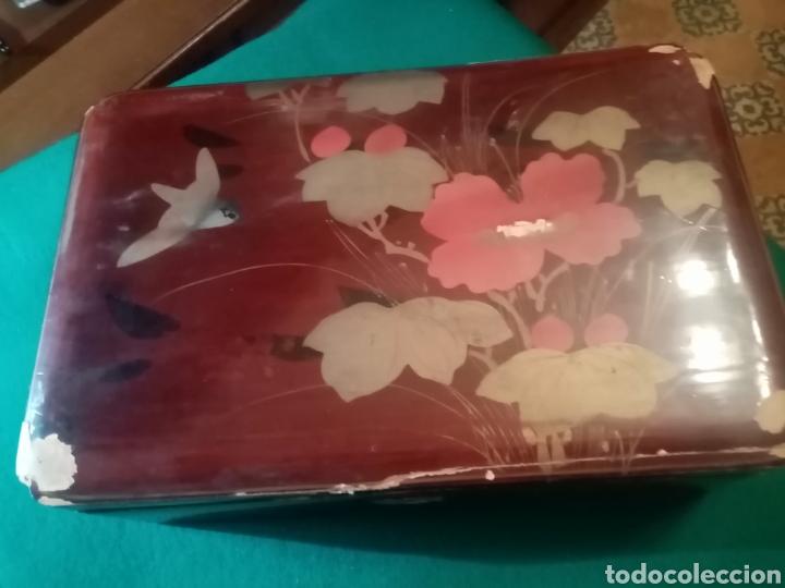 ANTIGUA CAJA DE MADERA CON FLORES PINTADA (Coleccionismo - Cajas y Cajitas Metálicas)