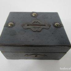 Cajas y cajitas metálicas: ANTIGUA HUCHA - CAJA, CAJITA EN MADERA - CON CERRADURA - PRINCIPIOS S. XX. Lote 222300623