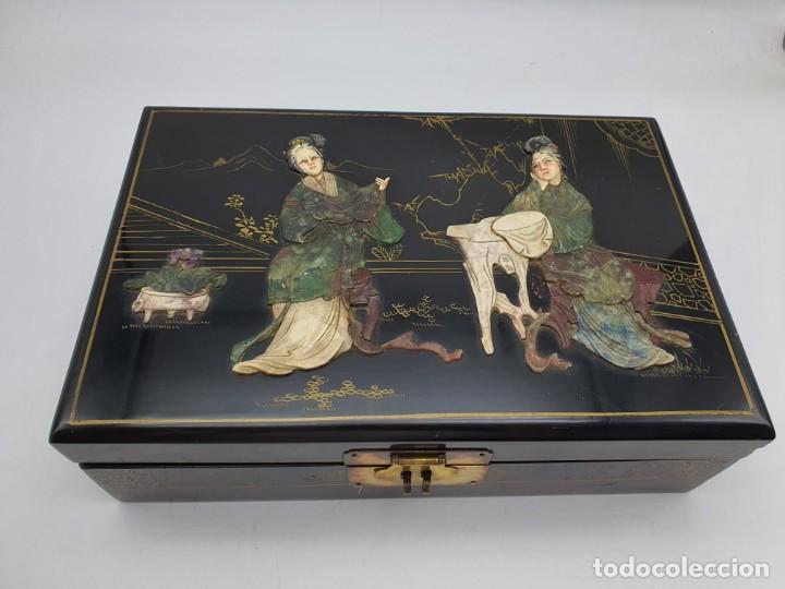 PRECIOSA CAJA LACADA CHINA, CON INCRUSTACIONES EN RELIEVE (Coleccionismo - Cajas y Cajitas Metálicas)
