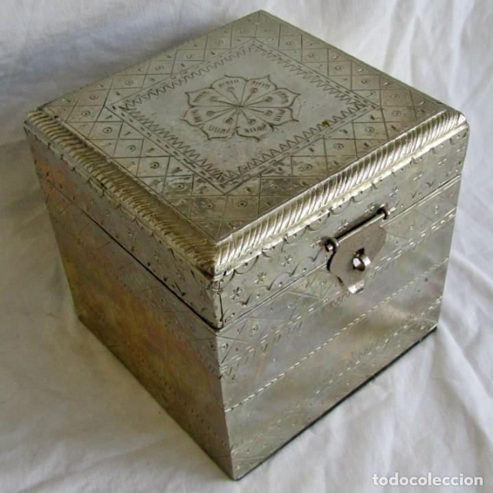 CAJA DE MADERA FORRADA DE ESTAÑO (Coleccionismo - Cajas y Cajitas Metálicas)