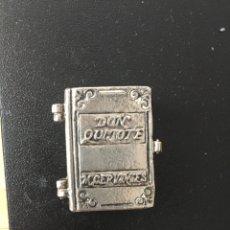 Casse e cassette metalliche: PASTILLERO CAJITA DON QUIJOTE, CERVANTES, EN FORMA DE LIBRO. Lote 241402160