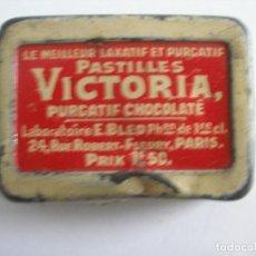 Cajas y cajitas metálicas: ANTIGUA CAJITA EN LATA ( 4,5 X 3 X 1 CM ) PASTILLAS VICTORIA PURGATIF CHOCOLATÉ PARIS. Lote 241486030