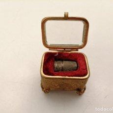 Cajas y cajitas metálicas: CAJA TIPO JOYERO PARA DEDAL, AÑOS 20, (4X3X4). Lote 244176235