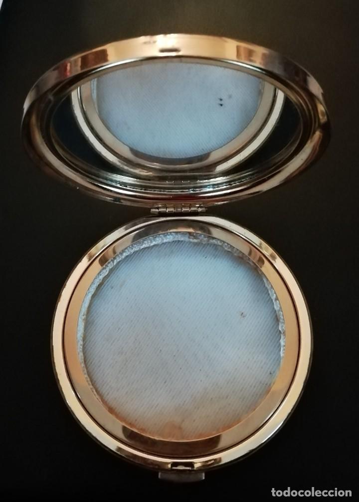 Cajas y cajitas metálicas: Polvera con tapa azul y adorno geométrico. - Foto 2 - 244500715