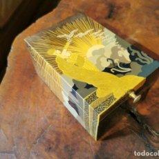 Cajas y cajitas metálicas: CAJA JOYERO ESTILO ART DECO, DE MADERA LACADA CON PAN DE ORO. Lote 246015310