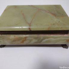 Cajas y cajitas metálicas: CAJA/JOYERO DE MÁRMOL VERDE CON DETALLES DE BRONCE / COBRE Y TERCIOPELO. Lote 249380875