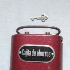 Caixas e caixinhas metálicas: ANTIGUA CAJITA DE AHORROS COLOR BURDEOS CON SU LLAVE.HUCHA ANTIGUA. Lote 254036645