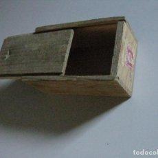 Cajas y cajitas metálicas: CAJITA DE MADERA TIPO PLUMIER ANTIGUA ( LLEVA SELLO DE LA REPUBLICA). Lote 257870265