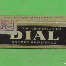 Cajas y cajitas metálicas: DIAL CAJA DE CARTON MEDICAMENTO CON SELLO DE 5 CENTIMOS DE FARMACIA FECHADA EN 1921 VER IMAGENES. Lote 262358570