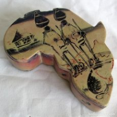 Cajas y cajitas metálicas: CAJA AFRICANA TALLADA EN PIEDRA (UNA SOLA PIEZA DE ESTEATITA), FORMA DE ÁFRICA, LLAVE OCULTA. Lote 262588985