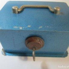 Cajas y cajitas metálicas: CAJA CAUDALES JOMA AZUL CON SU LLAVE. Lote 265730079