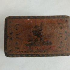 Cajas y cajitas metálicas: ANTIGUA CAJA DE HOJALATA LITOGRAFIADA EL EXPLORADOR MANUEL MUGABURU LOGROÑO. Lote 269358358