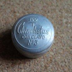 Cajas y cajitas metálicas: ANTIGUA CAJA METÁLICA DE CHINCHETAS. CONTIENE LAS CHINCHETAS.. Lote 269610338