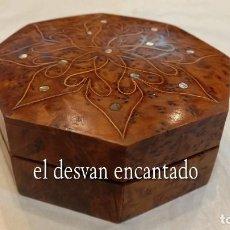 Cajas y cajitas metálicas: CAJA-JOYERO OCTOGONAL EN MADERA DE OLIVO. BELLAMENTE DECORADA. 13 X 5 CTMS.. Lote 288062388