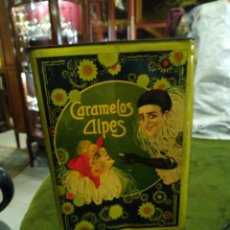 Cajas y cajitas metálicas: LATA ANTIGUA DE CARAMELOS ALPES, PIERROT GOURMAN. Lote 288465898