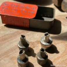 Cajas y cajitas metálicas: ANTIGUA LATITA DE VÁLVULAS SCHRADER. Lote 290131593
