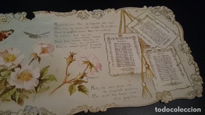 Coleccionismo Calendarios: CARTÓN CON TRES MESES DE CALENDARIO DECORADO Y BORDE TROQUELADO FIRMADO POR BERTHA MAGUIRE - ANTIGUO - Foto 3 - 154521430