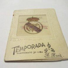 Coleccionismo deportivo: CALENDARIO ESTADISTICO LIGA ESPAÑOLA 1953-1954 RELLENADO. PRECIOSO ESCUDO DEL REAL MADRID EN TELA.. Lote 72448691