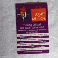 Coleccionismo deportivo: TARJETA PUBLICIDAD TIENDA OFICIAL REAL VALLADOLID EQUIPO Y CALENDARIO TEMP 2012-2013 JUSTO MUÑOZ. Lote 148428538