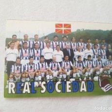 Coleccionismo deportivo: CALENDARIO TIPO ALMANAQUE REAL SOCIEDAD (AÑO 2001) CON FOTO DE LA PLANTILLA. Lote 211771497