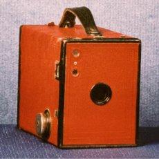 Cámara de fotos: KODAK Nº2 BROWNIE ROJA. Lote 2620