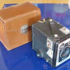 Cámara de fotos: KODAK BROWNIE SIX-20 MODEL D Y SU FUNDA DE PIEL.. Lote 26850186