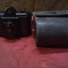 Cámara de fotos: CAMARA ANTIGUA DE BAQUELITA CON FUNDA UNIVEX. Lote 33546966