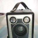 Cámara de fotos: CAMARA DE CAJON, KODAK BROWNIE SIX-20 MODELO E, AÑO 1953. EN MUY MUY BIEN ESTADO, COMO NUEVA. Lote 51205850