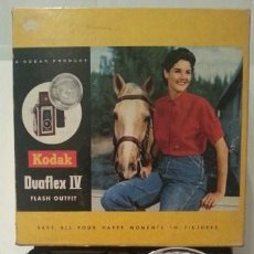 Appareil photos: ANTIGUA KODAK DUAFLEX IV OUTFIT DE 1955 CON FLASH, CAJA, 8 LÁMPARAS Y MANUAL ORIGINALES. Lote 53503789