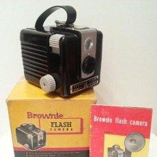 Cámara de fotos: ANTIGUA KODAK BROWNIE FLASH, RARA VARIANTE FRANCESA DE LA HAWKEYE DE 1950 + CAJA Y MANUAL. Lote 55325965