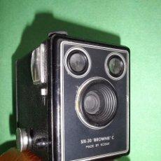 Cámara de fotos: GRAN CAMARA FOTOGRAFIA KODAK BROWNIE SIX-20 MODELO C MADE IN ENGLAND AÑOS 50 FOTO CLASICA COLECCION. Lote 55935710
