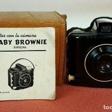 Cámara de fotos: CAMARA BABY BROWNIE SPECIAL. CARCASA DE BAQUELITA. FUNDA ORIGINAL. CIRCA 1940. . Lote 69363257