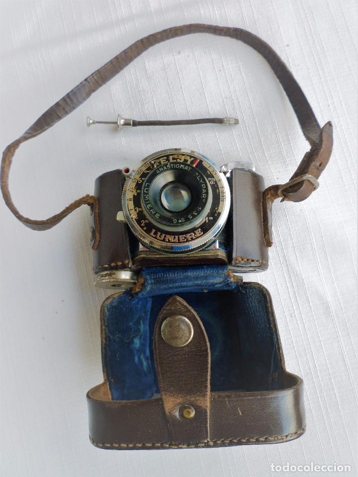 CÁMARA FOTOGRÁFICA EN MINIATURA - ELJY, LUMIERE - AÑOS 40-50 - FUNDA ORIGINAL Y DISPARADOR ORIGINAL (Cámaras Fotográficas - Antiguas (hasta 1950))