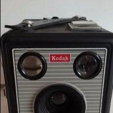 Cámara de fotos: CAMARA KODAK BROWNIE FLASH II. GRAN BRETAÑA.1957-1960. CON CONTACTOS PARA FLASH.USA PELICULA DE 620. Lote 104039303