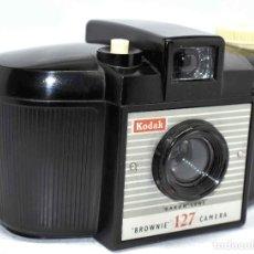 Cámara de fotos: CLASICA Y POPULAR...KODAK BROWNIE 127..INGLATERRA 1953-1959..FUNCIONA..PEQUEÑA ASTILLA..OCASION. Lote 108071775