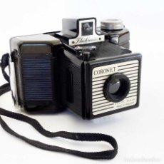 Cámara de fotos: CÁMARA BAQUELITA CORONET FLASHMASTER 1954. CON ROTURAS.. Lote 115954451