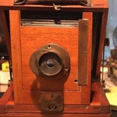 Cámara de fotos: CÁMARA MADERA CAOBA. THORNTON PICKARD O HOUGHTON ENSIGN VICTO TROPICAL. ENGLAND 1900(?) + REVELADOR. Lote 131648505
