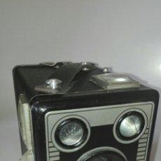 Cámara de fotos: CÁMARA KODAK BROWNIE SIX-20 MODELO D, INGLATERRA AÑO 1946.. Lote 132971874