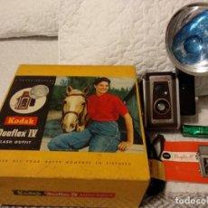 Cámara de fotos: ANTIGUA KODAK DUAFLEX IV OUTFIT DE 1955 ,CAJA Y CANTIDAD DE ACCESORIOS.FUNCIONA. Lote 136884842