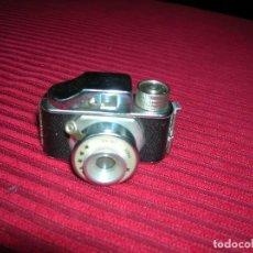 Cámara de fotos: DIMINUTA CÁMARA DE FOTOS ,MARCA TOYOCA.MADE IN JAPÁN.PUEDE SERVIR PARA LA MUÑECA MARIQUITA PÉREZ . Lote 147156890