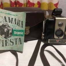 Cámara de fotos: CÁMARA KODAK BROWNIE FIESTA CON ESTUCHE. Lote 154352658