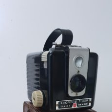 Cámara de fotos: KODACK BROWNIE FLASH. Lote 155045768