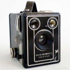 Cámara de fotos: CÁMARA KODAK BROWNIE D SIX 20. 1946. Lote 156331574