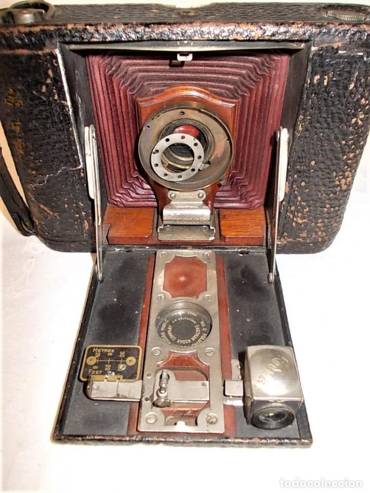 Cámara de fotos: Antigua camara Kodak de fuelle rojo combinada madera - Foto 2 - 165586598